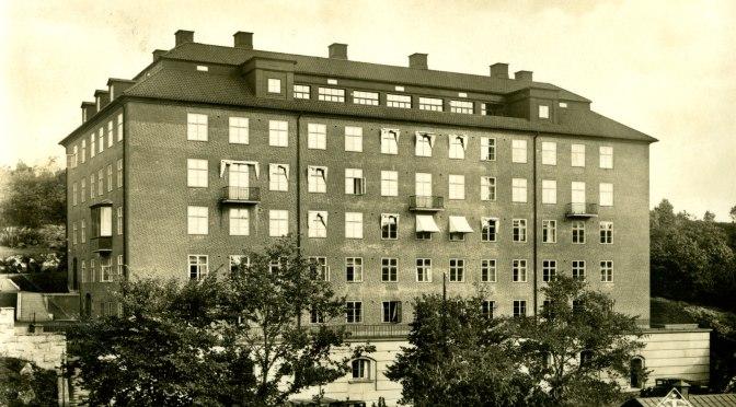 """Ett vykort med bild på en hög sjukhusliknande byggnad. Text vid botten av fotot """"Göteborg Vanföreanstalten Klinikbyggnaden"""""""